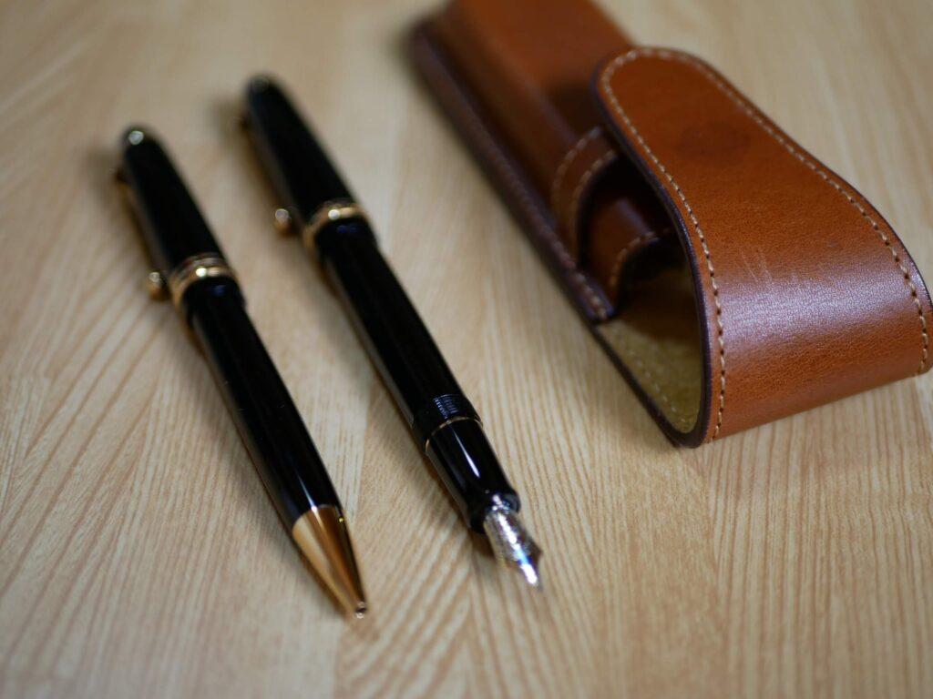 国産のブランドで日本製の万年筆とボールペン。ケースは北海道砂川の手作り。
