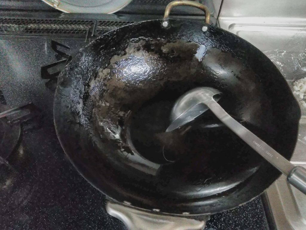 20年も使ている鉄鍋です。油をよくのばしましょう。おたまにもね。