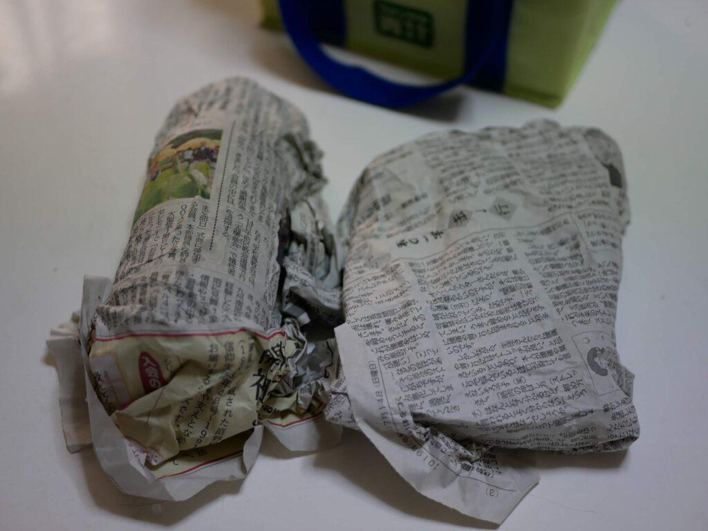 保冷剤を新聞紙で包む