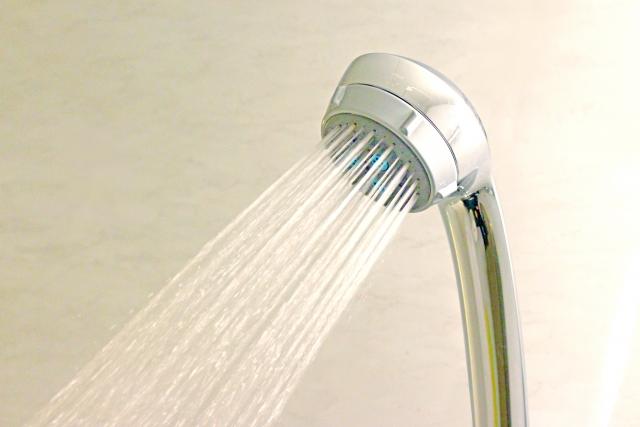 温めのお湯で洗う。
