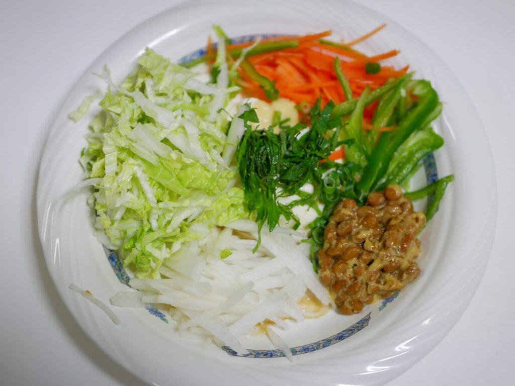 納豆サラダにお酢とオリーブオイルで食べる