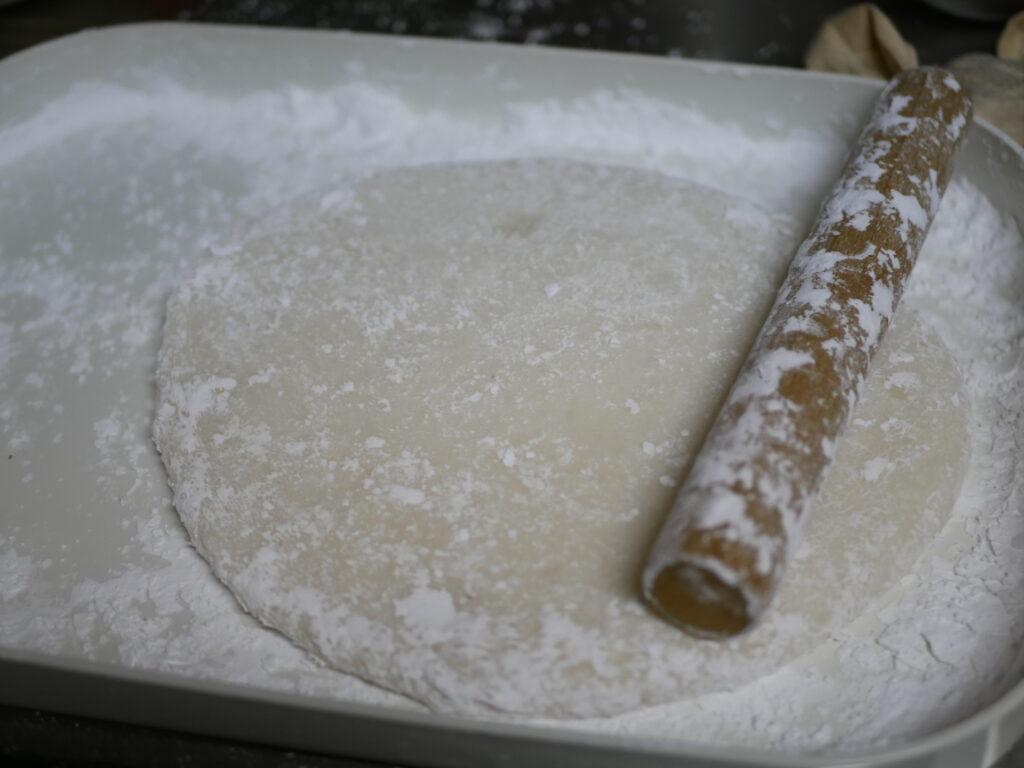 のしもちも簡単にできます。米粉の上で伸ばします