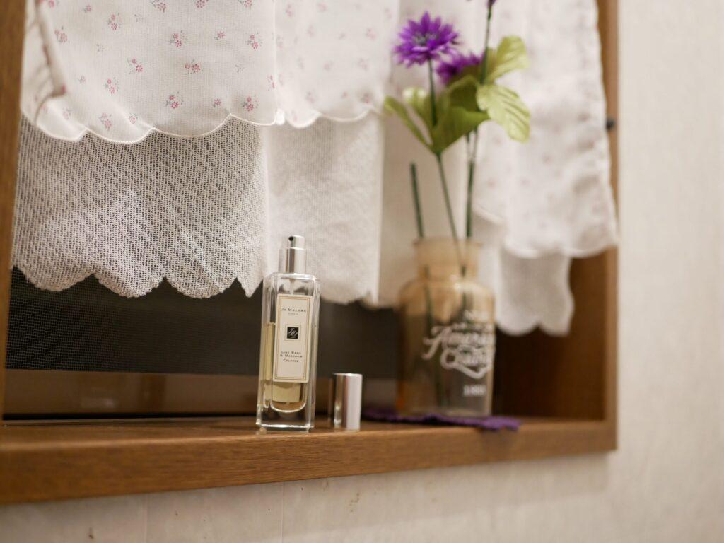 トイレ キャップをはずして香水を置くとうっすらといい香りがします。