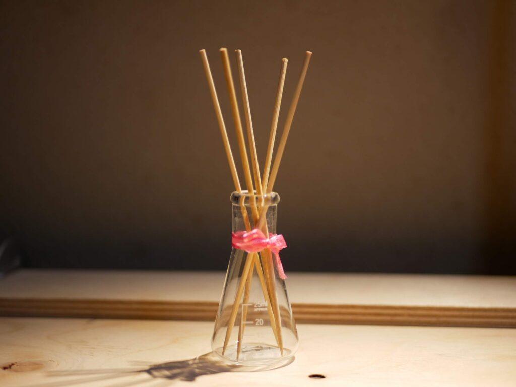 小瓶に竹串をさしてリードディフューザーが完成 竹串に香水を少しつけます。