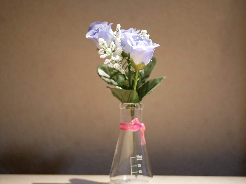 小瓶に造花をさして香水を少しスプレーします。