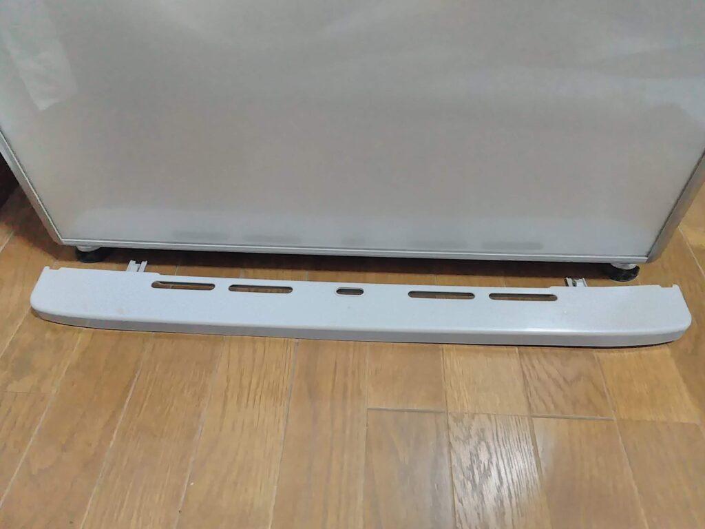 冷蔵庫の下のカバーを手前に引いてはすします。