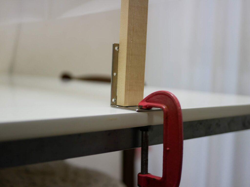 100均の万力でL字金具をテーブルに固定する