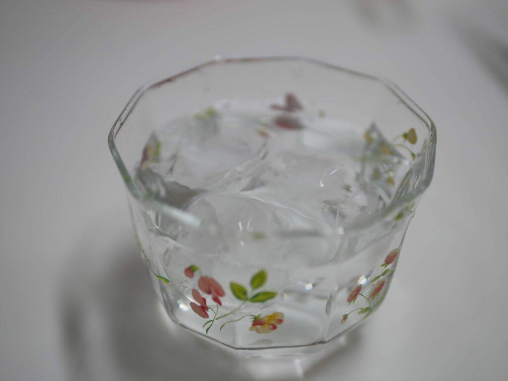 キレイな浄水で作った氷を使って、浄水を冷やします。