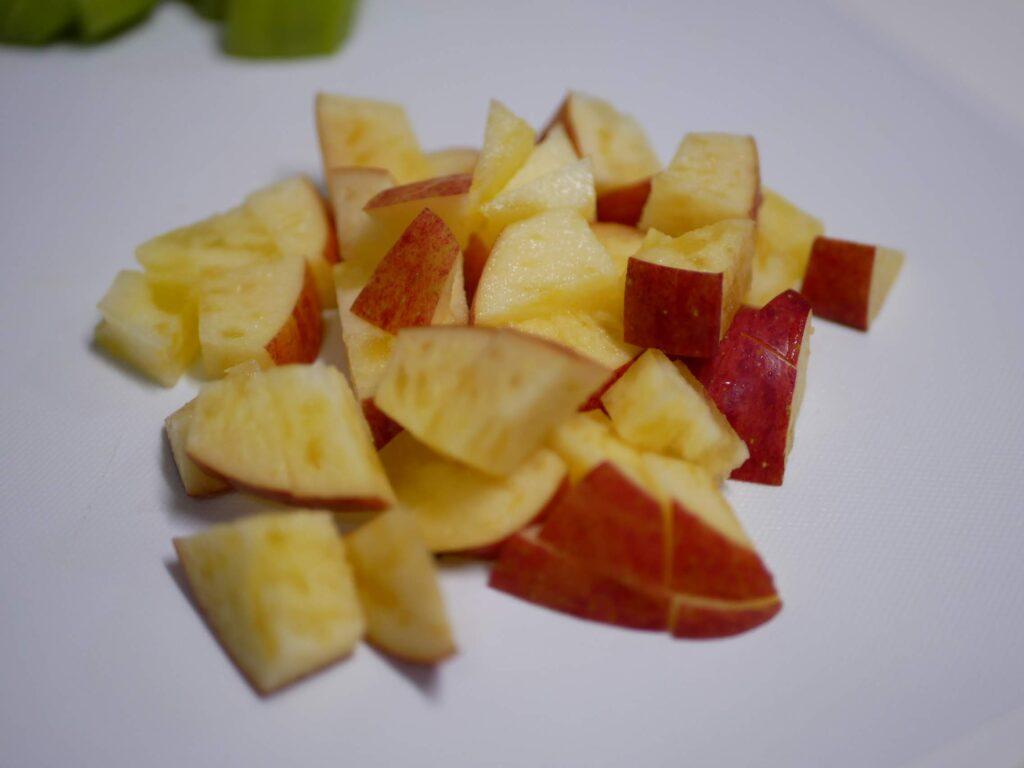 りんごを約1センチ角にカットする。