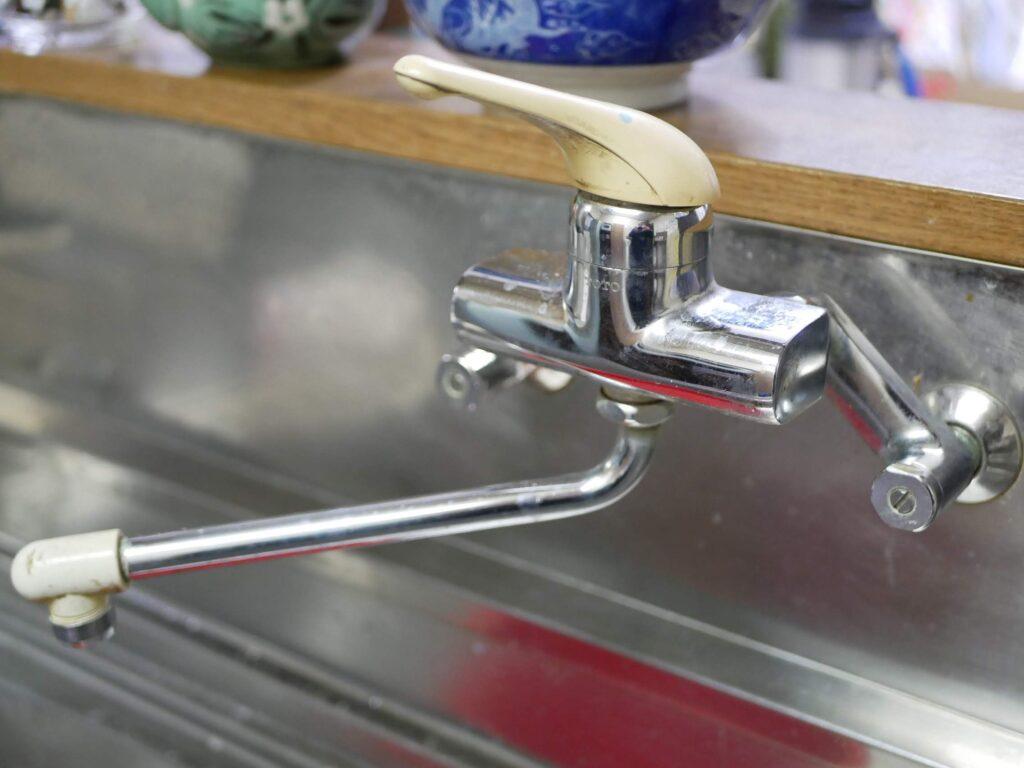古くなったキッチンの水道水蛇口