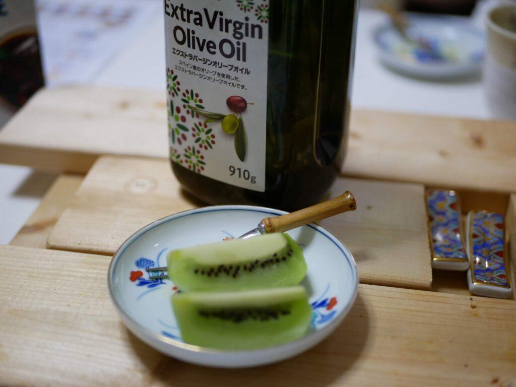 オリーブオイルをキウイフルーツにかける