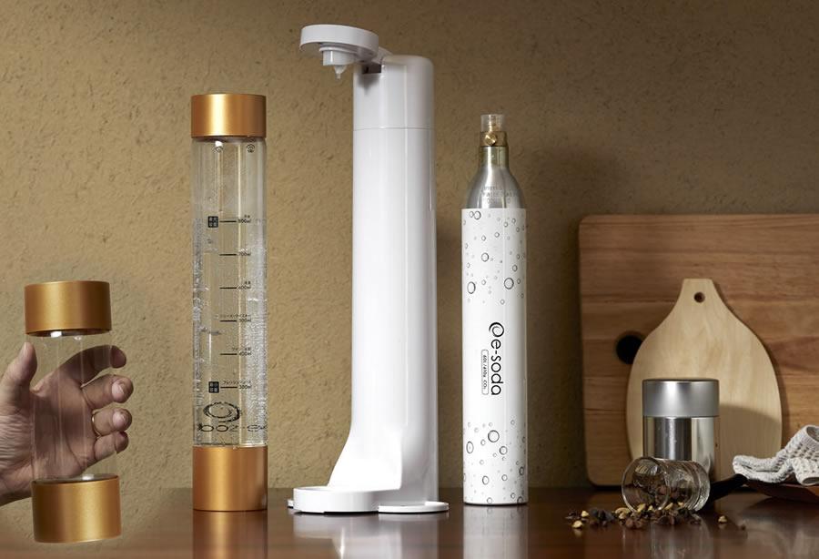 「e-soda」本体と炭酸ガスシリンダー、800ml/350mlボトル